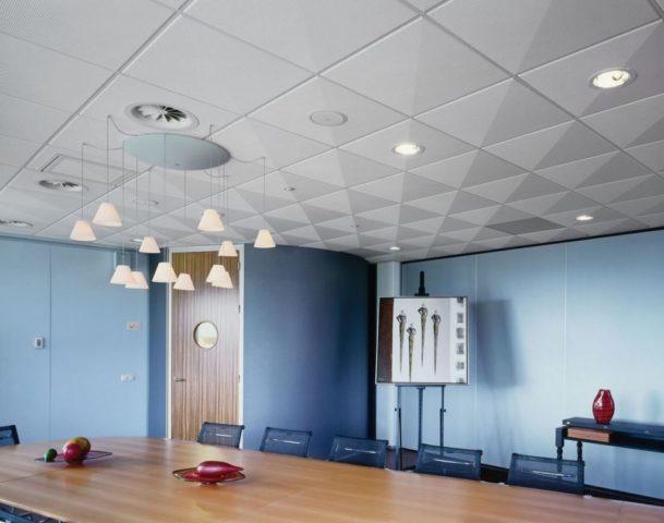 Потолок в комнате переговоров
