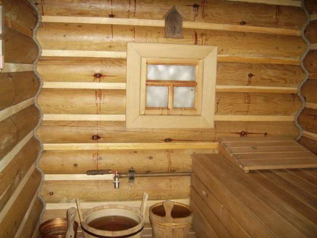 деревянная стена с окном