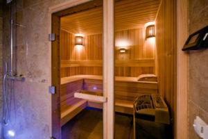 прозрачные двери в сауне