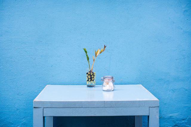 синяя штукатурка стен